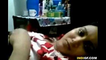 Худая женщина в туалете ласкает лысую вульву и записывает клипы для молодого человека