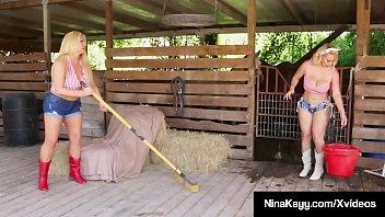Факер жахает в очко стройную блондиночку в своей мастерской