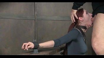 Темноволосая милашка получает похотливый релакс в кабинете массажиста