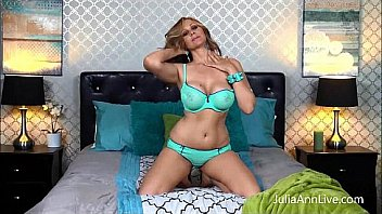 Блонда в сексуальных очках облизывает пацану в туалете здоровенным планом