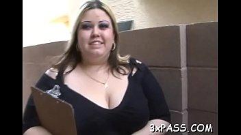 Грудастая шлюха-секретарша на рабочем месте показала голое тело