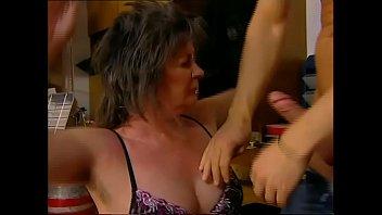Сексуально раскрепощенная жена посматривает в камеру и выполняет минет