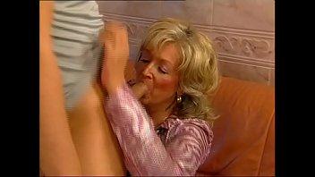 Шлюхи-блондинки получают удовольствие от секса втроем