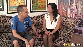 Очаровательная девчоночка бесбашенно тянет время с пареньком на диванчике