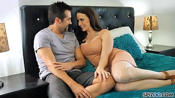 Очкарик и давалка с обросшим лобком хотят анальный секс на диванчике