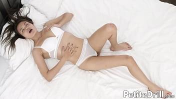 Татуированная женщина сосёт страпон и ласкает его своими крупными сисяндрами
