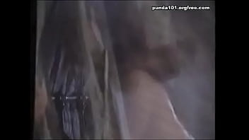 Поблядушка с настоящими буферами онанирует пенис мужичка на камеру
