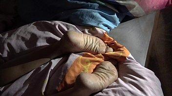 Сисястая блондинка теребит клиторок кончиками рук