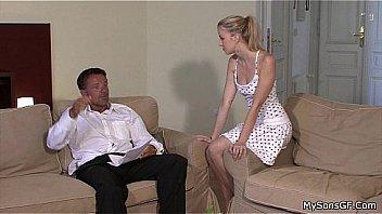 Девчушка в платье насаживается на латексный член на столе
