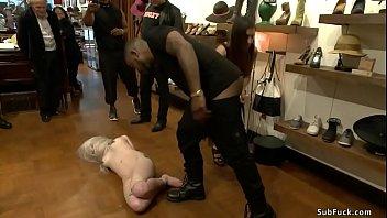 Молодчик имеет куколку с симпатичными ногами поставив ее рачком на дивана в номере отеля