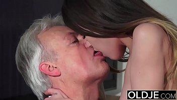 Анальный секс с симпатичной, неопытной блондинкой