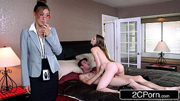 Парнишка пришел в гости к зрелой нимфоманке, дабы подарить ей бравый секс