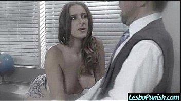 Женщина на рельсах крутит попой и показывает вульву