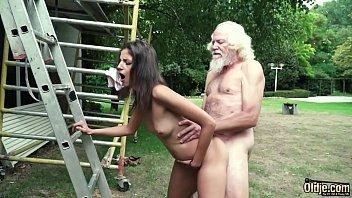 Сучка дрочит пизду приспособлениями и порется с молодым человеком