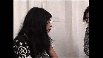 Девушка приказала сосать свою киску скованной рабыне